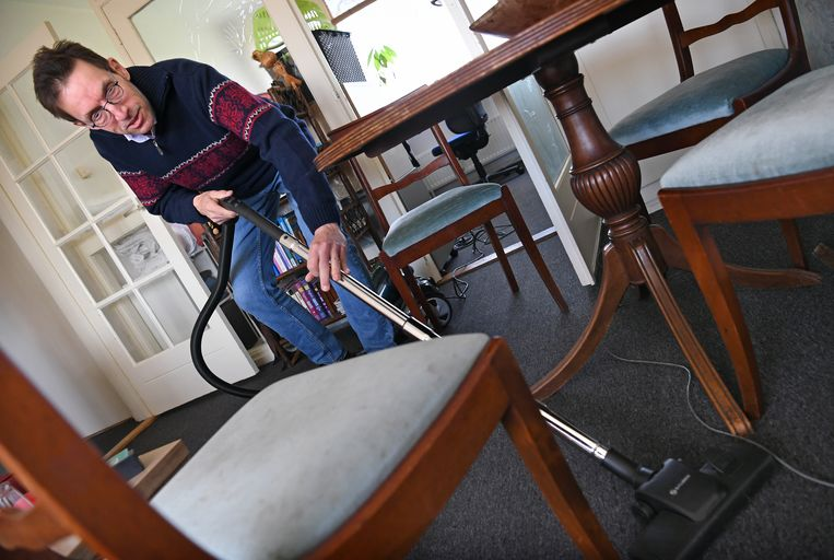 Jean-Pierre de Breed  trekt van sloopwoning naar sloopwoning. Beeld Marcel van den Bergh / de Volkskrant