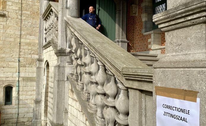 Een agent van de Dienst Algemene Beveiliging (DAB) bewaakt de ingang van de correctionele zittingszaal.