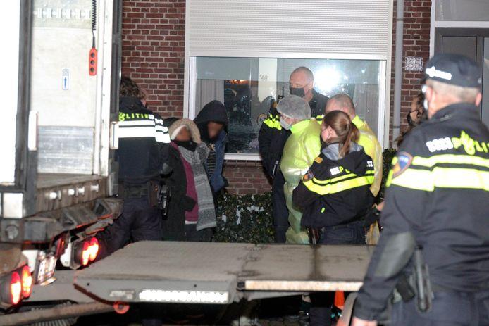 Elf mensen gevonden in trailer vrachtwagen in Waalwijk.