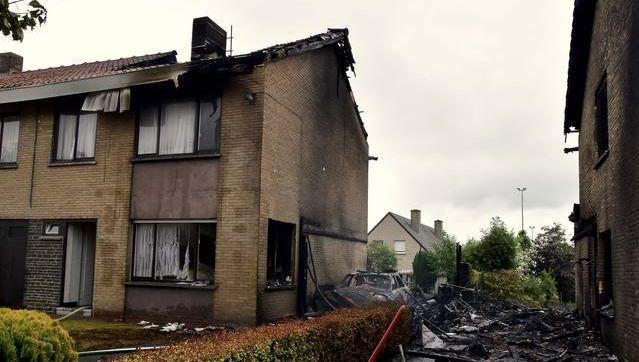 De huizen van Julien en van Koen en Jolien (rechts) zijn onbewoonbaar, het vuur sloeg over via de aanpalende garages.
