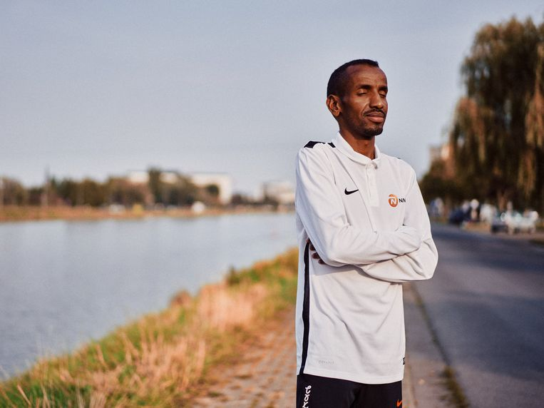 Bashir Abdi: 'Evengoed zat ik nu op een brommer in Djibouti, was ik dik, en kauwde ik de hele dag qatbladeren.' Beeld Thomas Sweertvaegher