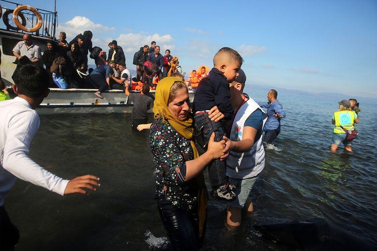 Syrische en Iraakse vluchtelingen komen aan op het Griekse eiland Lesbos. De VN-hoogcommissaris voor de mensenrechten Zeid Ra'ad Al Hussein uit kritiek op het gebruik van ontmenselijkende taal in het vluchtelingendebat. Beeld GETTY