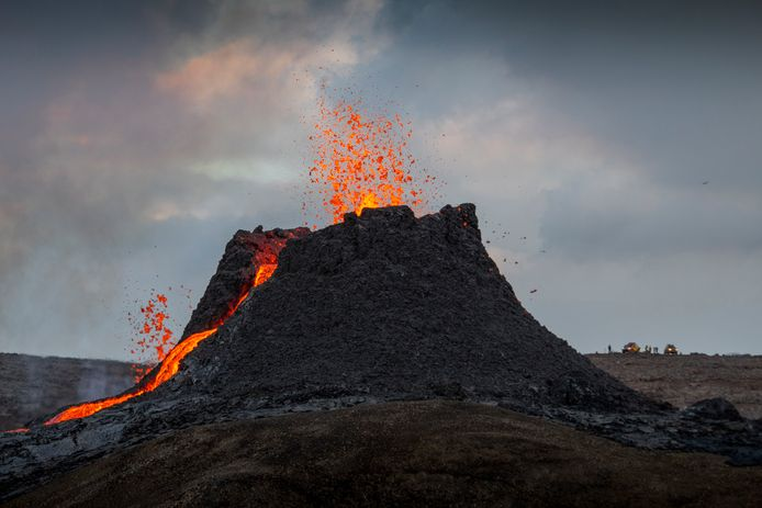 Sinds vrijdagavond is de lava gestaag uit de vulkaan aan het sijpelen met een snelheid van 5 tot 10 kubieke meter per seconde.