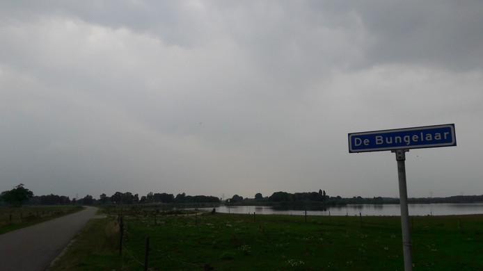 Het plassengebied bij De Bungelaar in Beers. Op de achtergrond de te verbouwen oude boerderij.