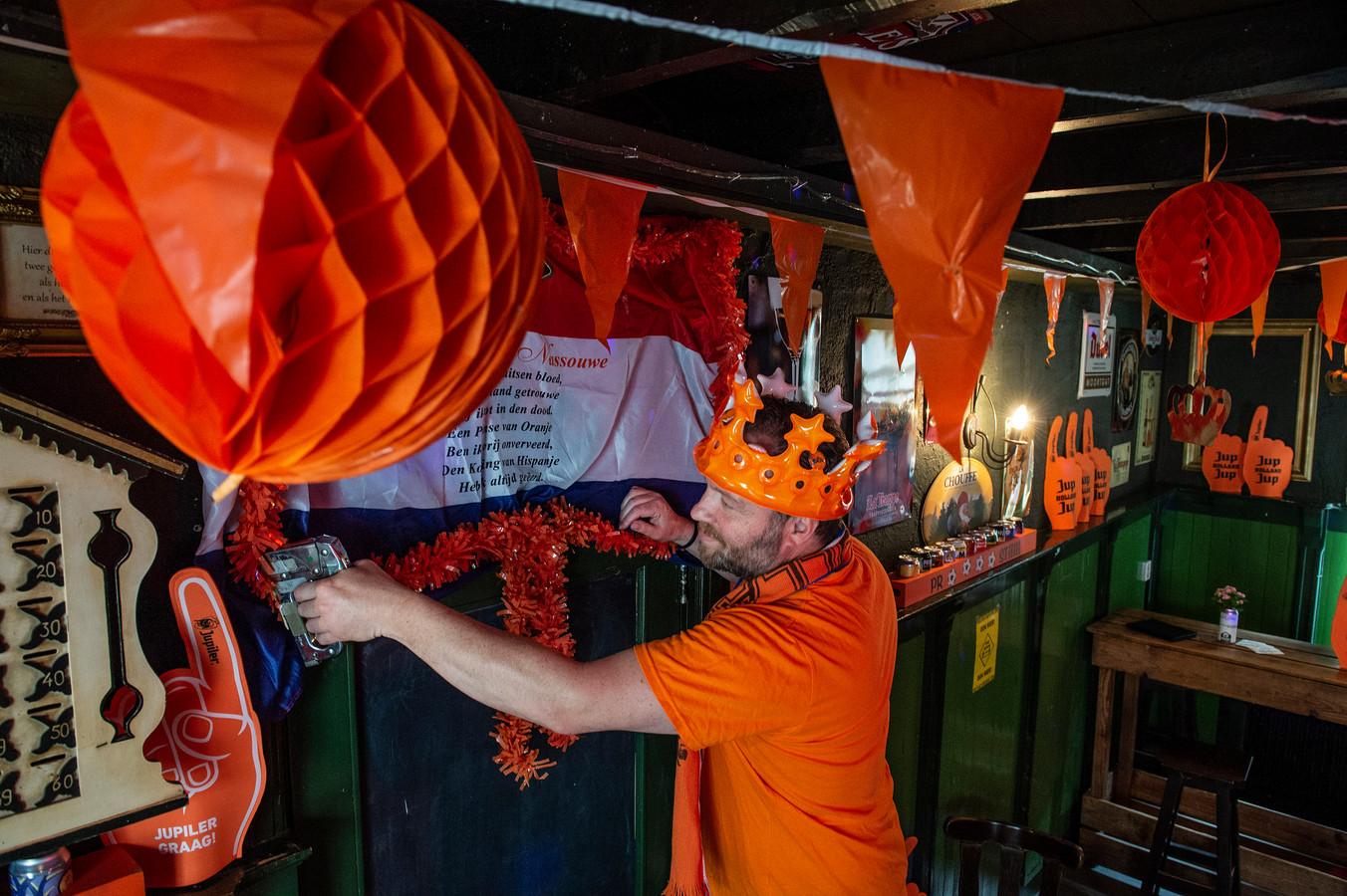 """In de dorpen in de omgeving staan de lichten allang op groen voor Oranje. Speciaalbiercafé De Veerkes in Moergestel kleurt deze dagen vanbinnen oranje. ,,We hebben altijd fanatiek meegedaan"""", zegt Marc Rijnen."""