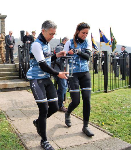 Na 600 kilometer fietsen herdenken Bosschenaren bevrijding door Wales: hoe een vlammetje in Den Bosch de ogen gaat openen