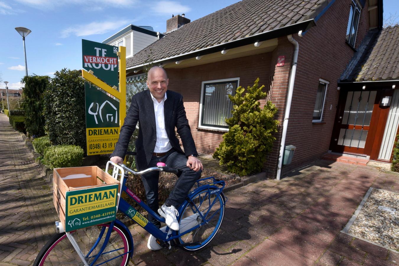Makelaar Marcel de Boer bij het huis aan het Robert Campinplantsoen in Woerden, dat inmiddels is verkocht.