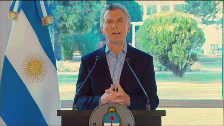 De Argentijnse president Mauricio Macri kondigt noodmaatregelen aan.  Beeld AFP