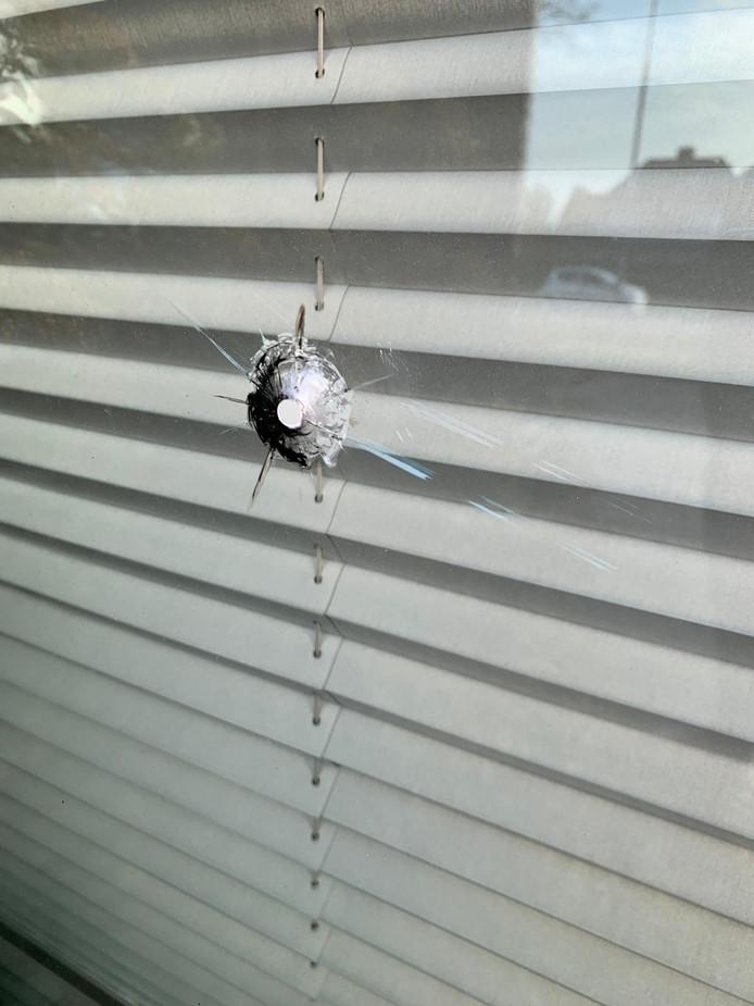 Zo'n vijftien ramen zijn beschadigd bij Scheffer Groep.