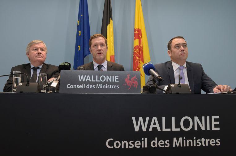 Vlnr. de Waalse minister Jean-Claude Marcourt, minister-president Paul Magnette en minister Maxime Prevot. Beeld BELGA