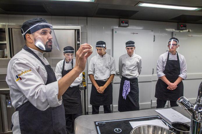 Docent Jair Dirks geeft coronaproof praktijkonderwijs aan zijn studenten op het ROC Mondriaan in Den Haag.