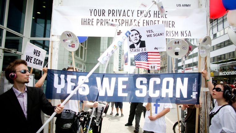 Demonstranten bij Checkpoint Charlie in Berlijn protesteren tegen het Amerikaanse surveillance programma Prism. Beeld AP