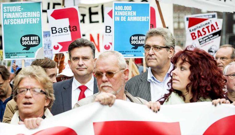 SP-leider Roemer en 50Plus-leider Krol lopen mee in de demonstratie in Amsterdam tegen het kabinetsbeleid. Beeld anp