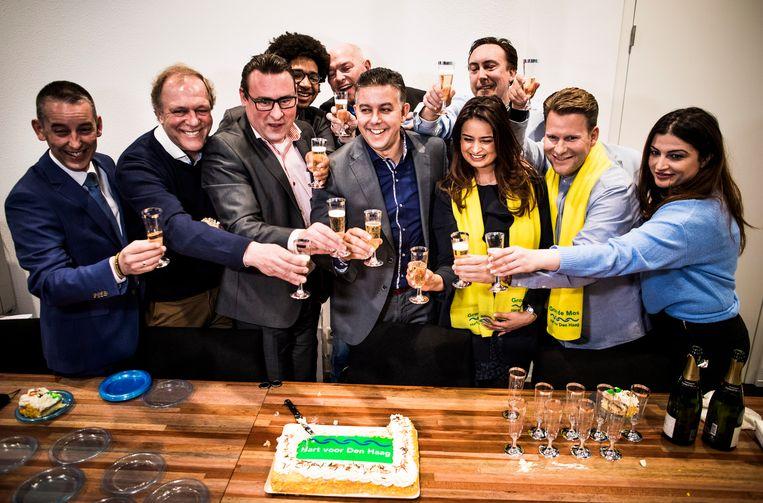 Hart voor Den Haag / Groep de Mos (met De Mos en Guernaoui in het midden) viert kort na de verkiezingen de overwinning op het Stadhuis in Den Haag nadat ze de grootste zijn geworden. Beeld Freek van den Bergh / de Volkskrant
