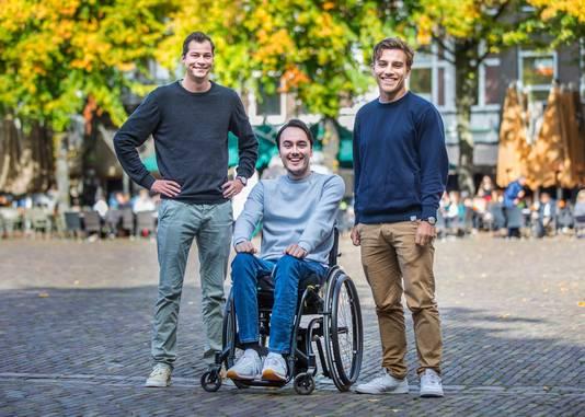 Maarten Jorissen.v.l.n.r. Okker, Maarten en Jort.Maarten heeft drie jaar geleden zijn nek gebroken bij een duik in het zwembad. Daardoor zit hij nu in een rolstoel. Maarten en zijn vrienden organiseren de Rapenburgrace, dat om geld in te zamelen voor mensen met een dwarslaesie.