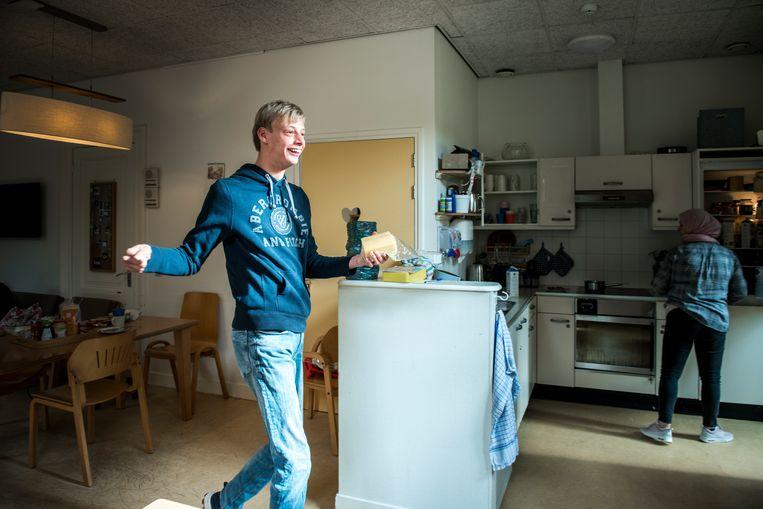 Boris in de keuken van de instelling in Driebergen waar hij nu woont. Beeld Linelle Deunk