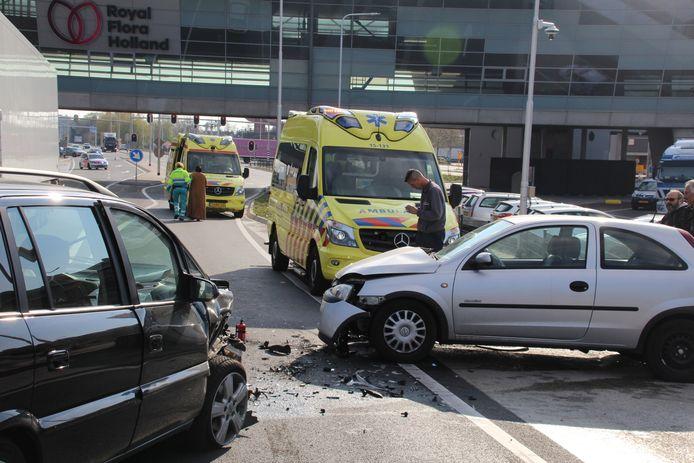 Bij het ongeluk op de Middel Broekweg in Honselersdijk zijn twee personen gewond geraakt