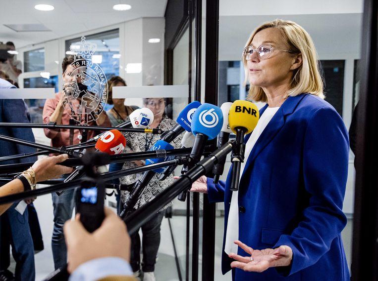 Demissionair minister van buitenlandse zaken Sigrid Kaag staat de pers te woord nadat ze bekend maakte terug te treden als minister.  Beeld ANP