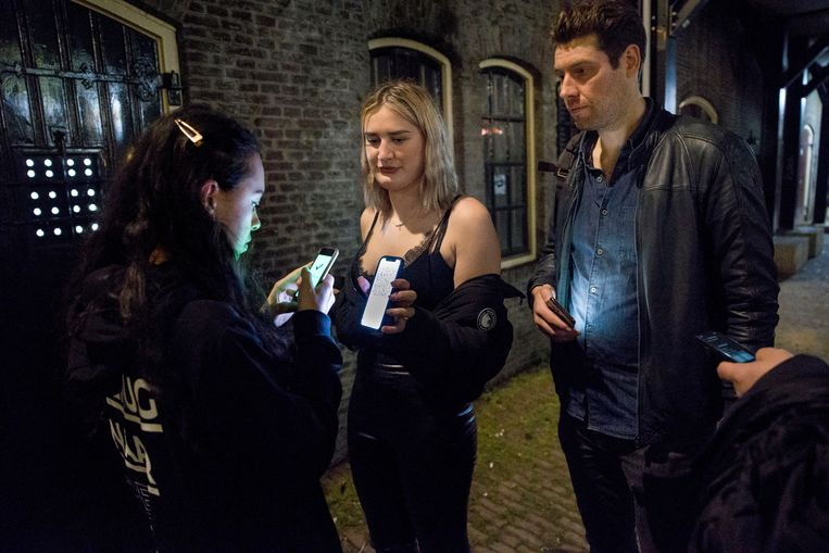Coronacontrole bij de ingang van Basis in Utrecht. 'Bezoekers gaan letterlijk springend door de deur langs de bar naar de dansvloer.' Beeld Arie Kievit