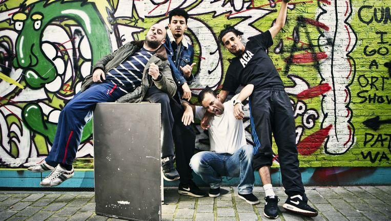 Het Antwerpse hiphop- en humorcollectief NoMoBs stelt clichés aan de kaak en wil een brug slaan tussen hiphop en de theaterwereld. Beeld Jonas Lampens