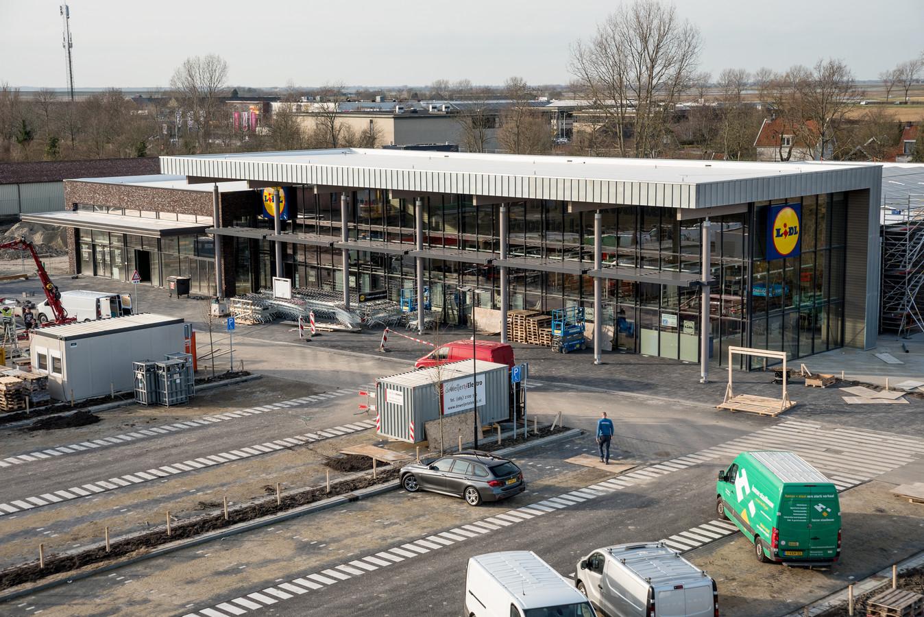 De laatste hand wordt gelegd aan de nieuwe Lidl op het Haringvlietplein in Zierikzee. In het lagere deel links komen Bakkerij Bunt en slijterij World of Drinks terug. Daarnaast begint de nieuwbouw van Albert Heijn, die naar verwachting in september opent.