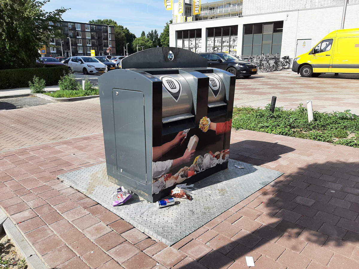 Sommige mensen plaatsen afvalzakken naast de container of laten er andere troep achter.
