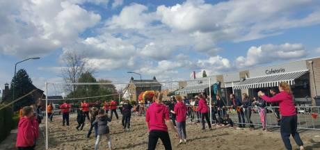 Beachvolley tijdens het oranjefeest in Maren-Kessel