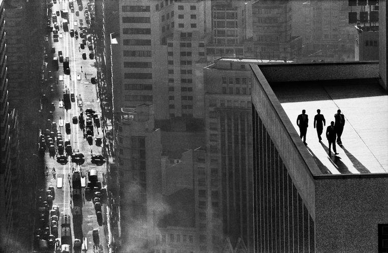 Teju Cole toont de wereld als global village, en haalt daarbij onder meer de fotografie van René Burri (Men on a Rooftop) aan en het I'm Google-project van Dina Kelberman (r). Beeld ©Rene Burri / Magnum Photos