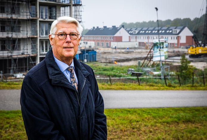 Wethouder Piet van Leenen (Wonen) van de gemeente Hoeksche Waard bij nieuwbouwproject de Watertoren in 's-Gravendeel.