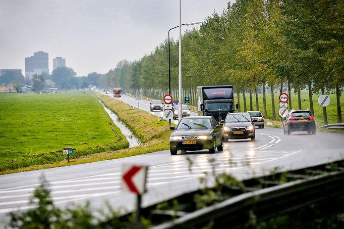 Zoetermeer (op de achtergrond) kampt met het probleem dat de rijkswegen A12 en A4 vaak vaststaan waardoor verkeer binnendoor-routes pakt als de N209 en N206 (foto).