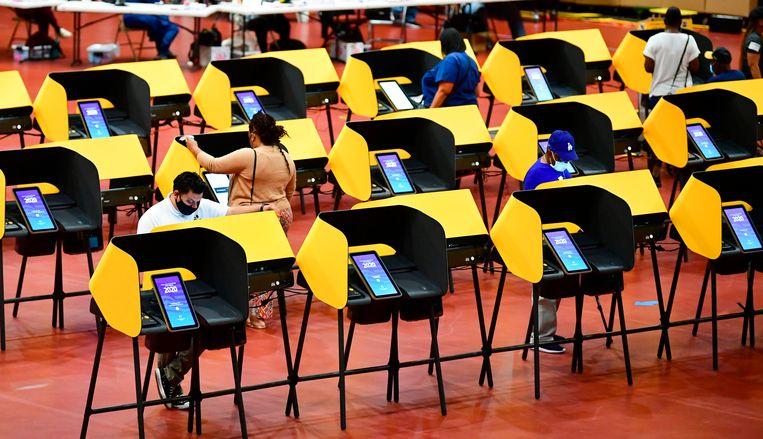 Men stemt vervroegd in Los Angeles, Californië. Beeld AFP