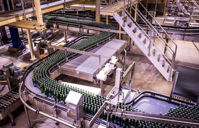 Productie van flessen alcoholvrij bier bij Heineken in Den Bosch.