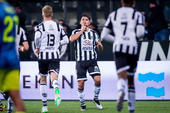 Maximilian Rossmann na zijn eerste goal voor Heracles tegen Feyenoord. De verdediger maakte er twee, maar het was niet genoeg voor de zege.
