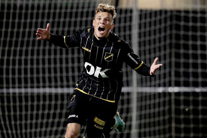 Van Hooijdonk juicht na zijn eerste treffer in het betaalde voetbal.