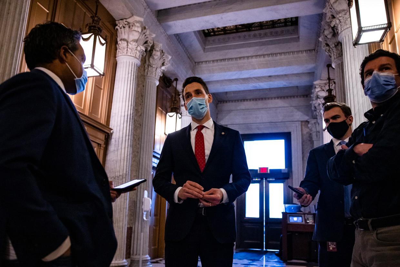 Senator Josh Hawley werd door de stafchef van president Trump geprezen omdat hij 'opkomt voor de integriteit van de verkiezingen'.  Beeld Getty Images