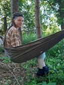 Ontwerper Eva Jagerman in haar City Nomad-hangmat.