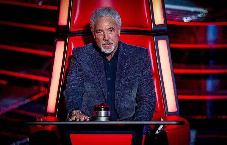 'Laat opblijven, roepen, roken: ik heb decennialang alles gedaan wat slecht is voor de stem. Maar die schade heb ik in de gym teruggeschroefd.' (foto: Tom Jones als jurylid in 'The Voice') Beeld BBC/Wall to Wall