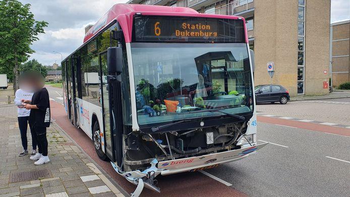 Een auto is zondag op de 70e straat in Nijmegen aangereden door een stadsbus.
