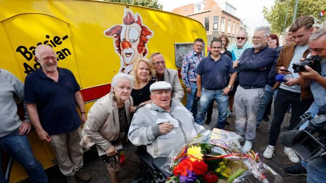 Jarige clown Bassie (86) geniet van bijzonder cadeau: fans staan rijen dik bij zijn huis
