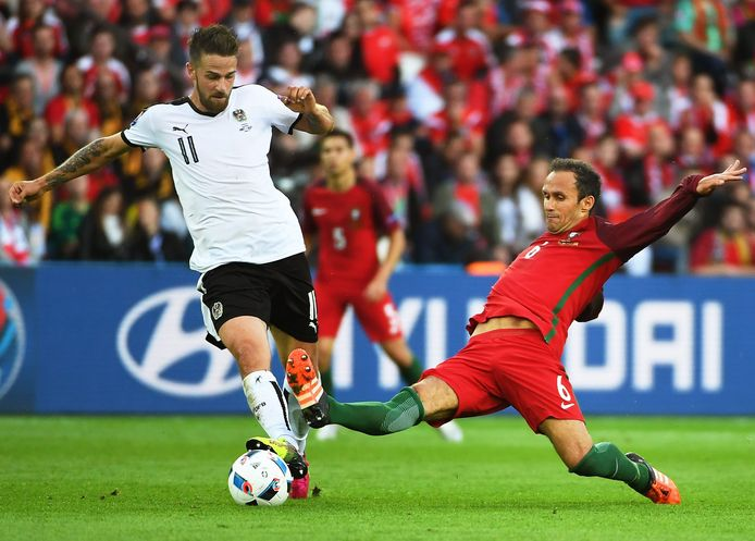 Oostenrijker Martin Harnik wordt afgestopt door Carvalho.