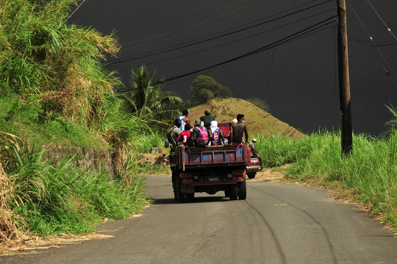 Bewoners haasten zich naar veilig geacht gebied.