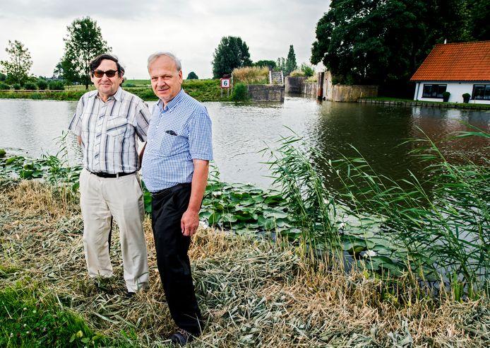 Adri den Boer (links) en Jan Arends, met op de achtergrond de Snelle Sluis in Moordrecht.