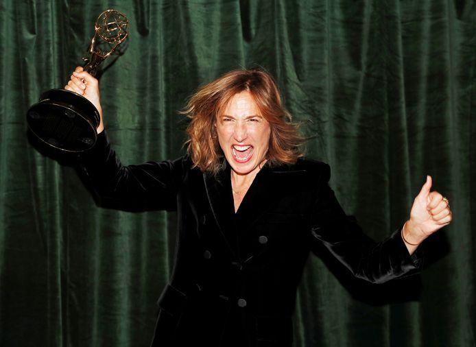 """La réalisatrice de """"The Crown"""", Jessica Hobbs, pose avec son Emmy award."""