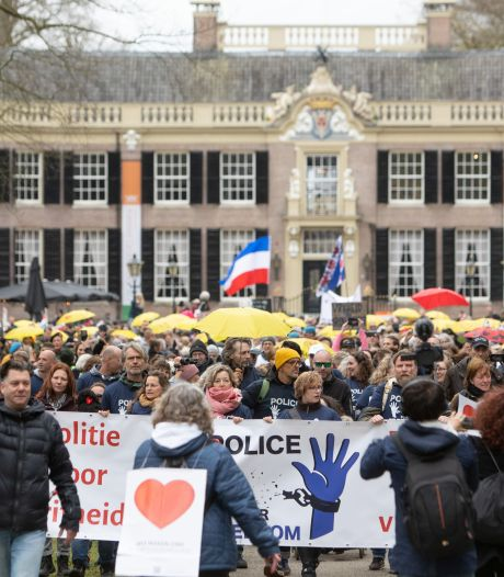 Duizend demonstranten lopen mars door Baarn: 'Denk je echt dat straks de mondkapjes weer af mogen?'