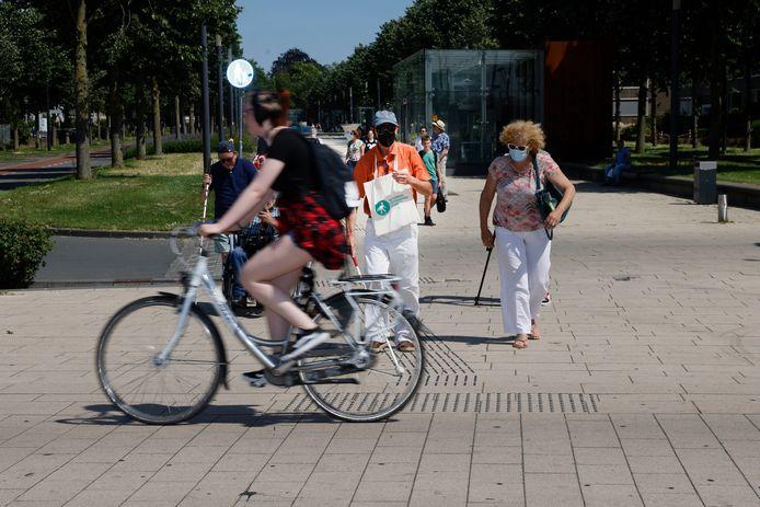 Ambtenaren krijgen een simulatietest blind oversteken bij het station in Nijmegen.