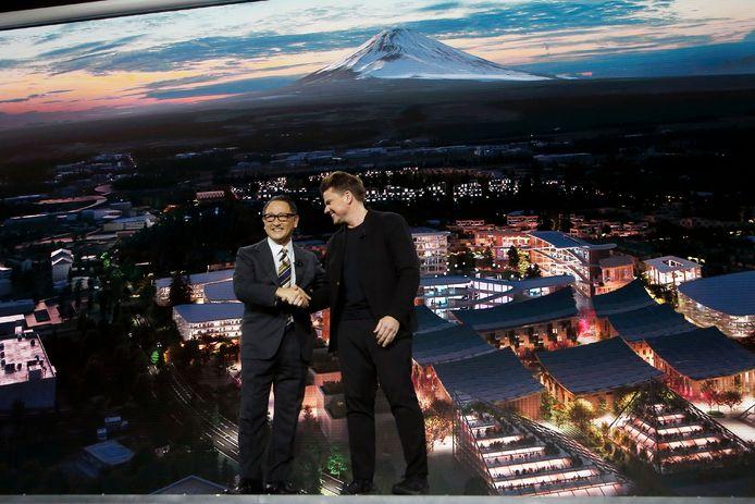 Toyota-ceo Akio Toyoda, links, onthulde zijn plannen voor de stad samen met de Deense architect Bjarke Ingels die hem bij de ontwikkeling gaat helpen.