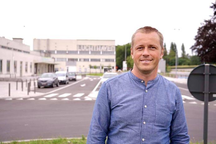 Koen Laenens, bij de luchthaven van Deurne.