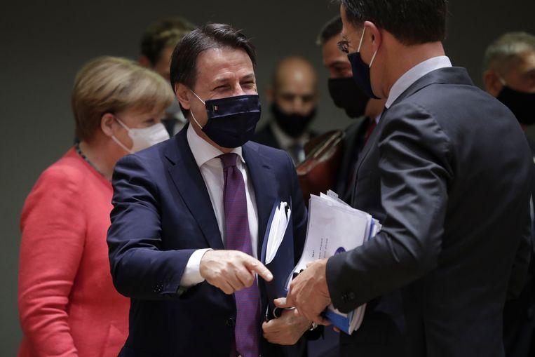 De Italiaanse minister-president Giuseppe Conte spreekt met Mark Rutte. Conte is momenteel zeer populair in eigen land.  Beeld AP