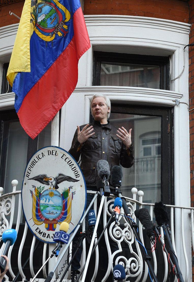 Assange bij de ambassade van Ecuador in Londen. Beeld epa