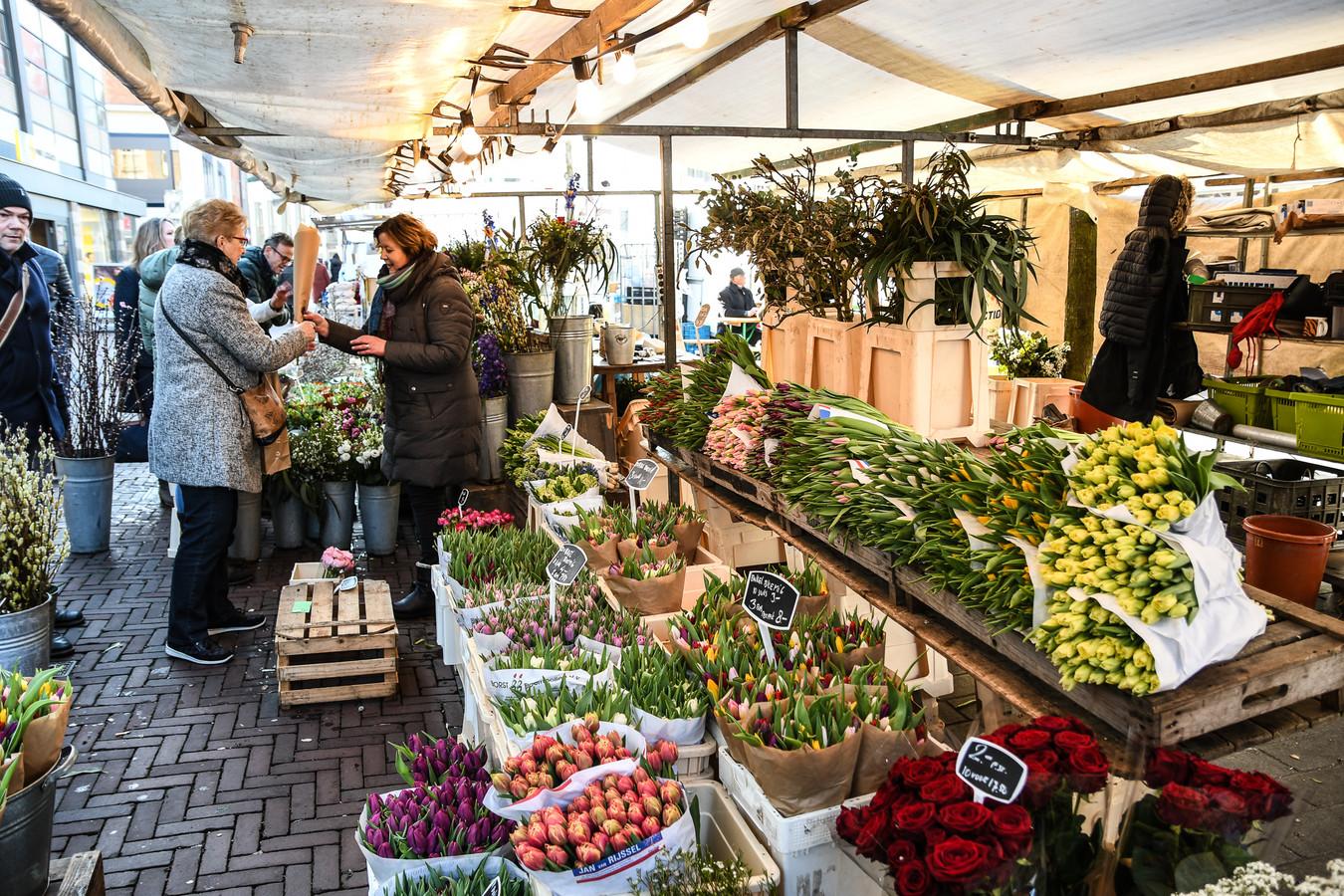 Bloemenkraam Fleurica op de markt in Dordrecht. Het familiebedrijf Fleurica staat al 75 jaar op de markt.